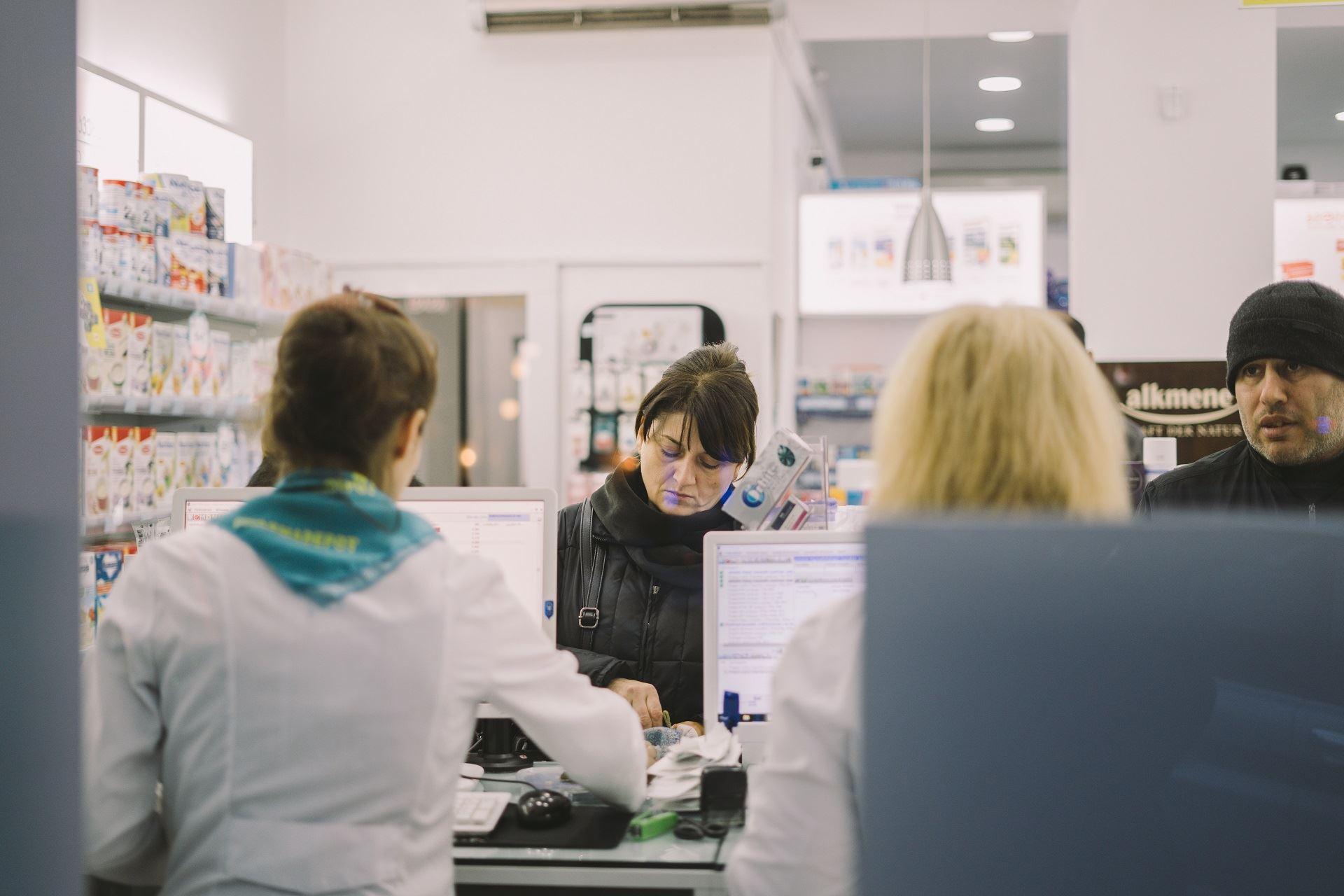 Românii preferă să cumpere medicamente de la cea mai apropiată farmacie cu prețuri mici