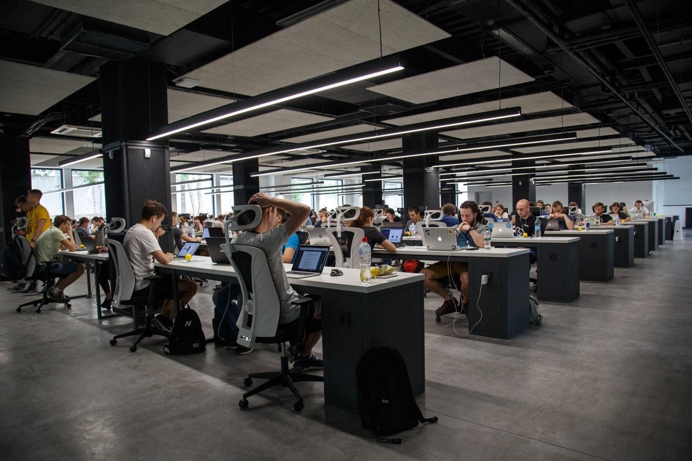 STUDIU Peste 53% dintre angajați cred că firmele la care lucrează nu acordă importanță stării lor mentale și emoționale